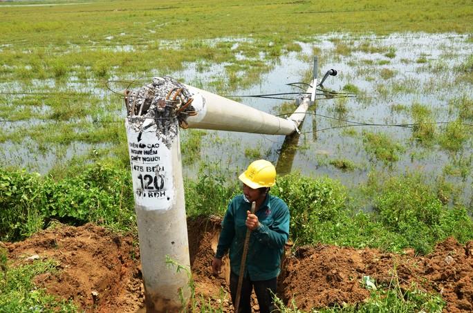"""Nỗ lực """"giải cứu"""" 2.600 trụ điện trung thế bị bão quật ngã ở Quảng Bình - Ảnh 5."""