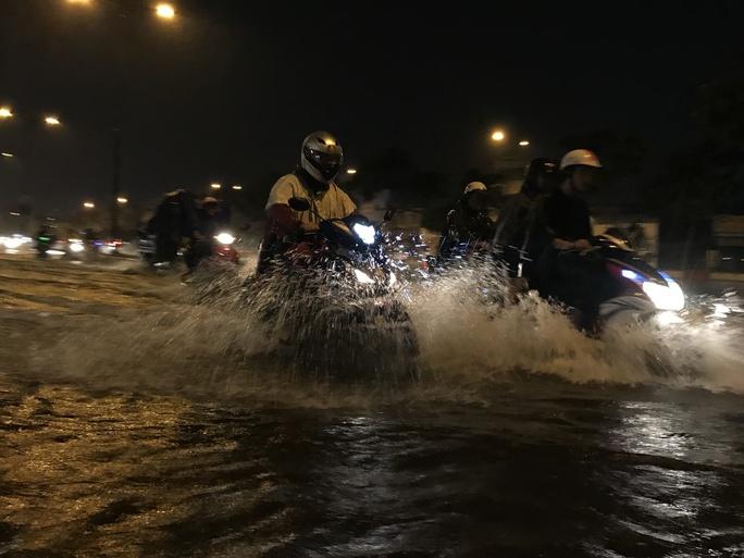 CSGT dầm mưa giúp dân qua đoạn ngập ở Sài Gòn - Ảnh 9.