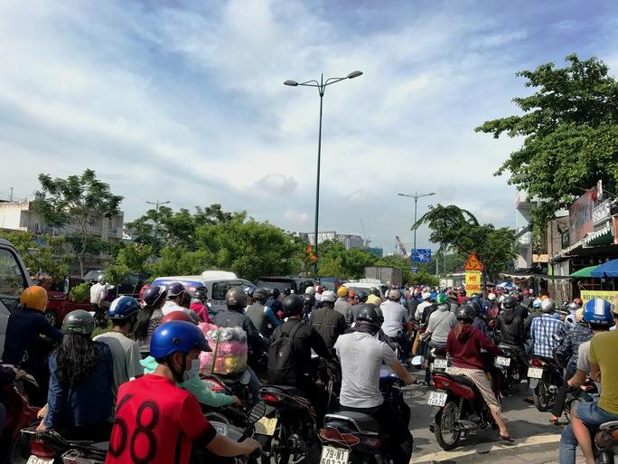 Hỗn loạn trên đường Phạm Văn Đồng - Ảnh 4.