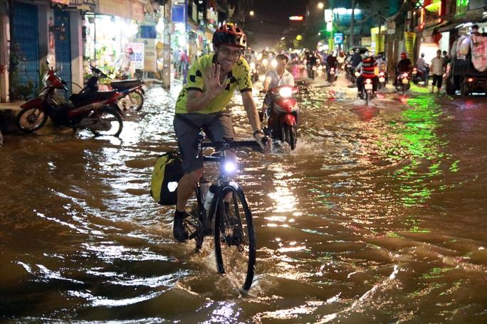Sài Gòn hụp lặn trong nước ngập đêm đầu tuần - Ảnh 4.