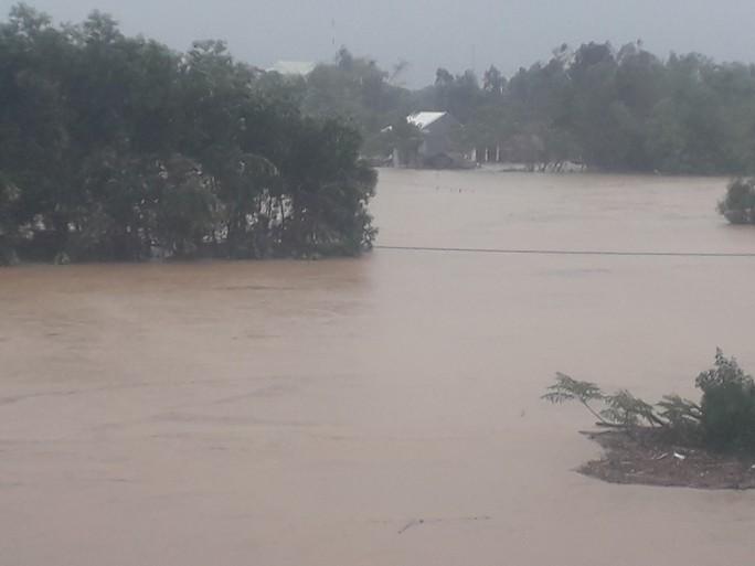 Làng mạc Quảng Nam ngập chìm trong nước, thủy điện vẫn xả lũ - Ảnh 9.