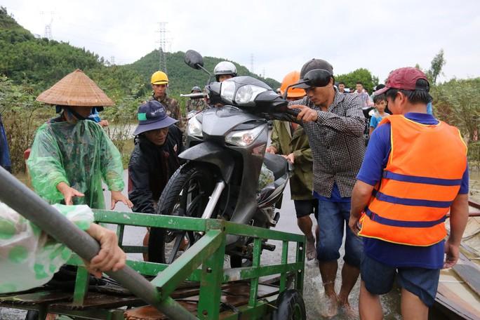 Người dân Quảng Nam dùng xe bò chở xe máy vượt lũ - Ảnh 4.