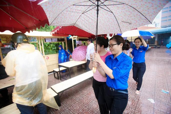 Hàng trăm người đội mưa đến phố hàng rong Bách Tùng Diệp - Ảnh 7.