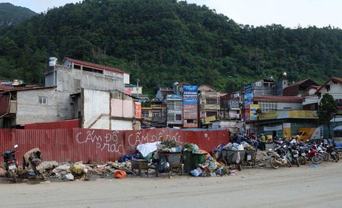 Bãi rác trước chợ mới Sa Pa - Ảnh 1.
