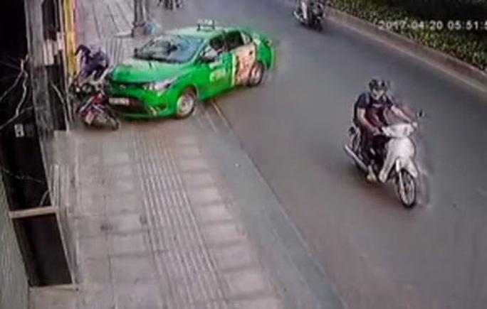 Hình ảnh tài xế taxi lao xe vào tên cướp. (Ảnh từ clip)
