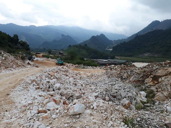Khai thác khoáng sản, đồi núi tan hoang - Ảnh 1.