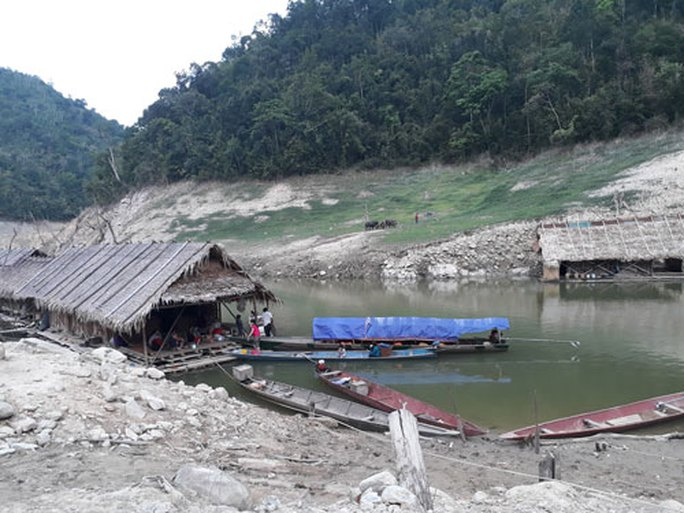 Không có đất sản xuất, người dân liều mình quay về khu vực lòng hồ thủy điện Bản Vẽ mưu sinh