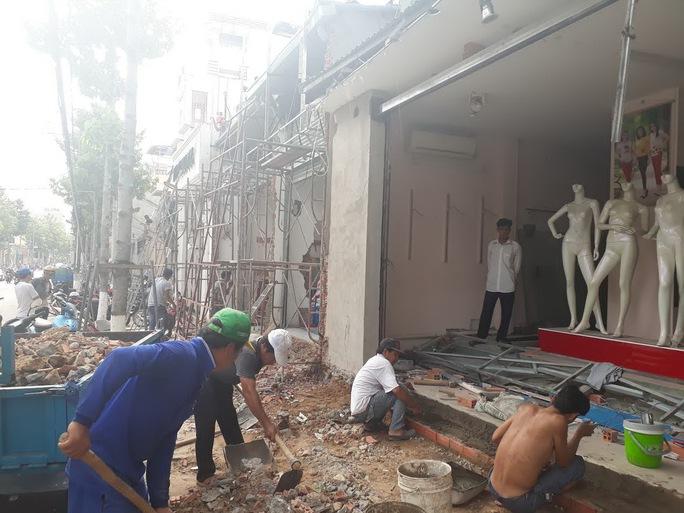 Người dân tháo dỡ phần lấn chiếm trên đường Bác Sĩ Yersin, TP Thủ Dầu Một, tỉnh Bình Dương Ảnh: Như Phú