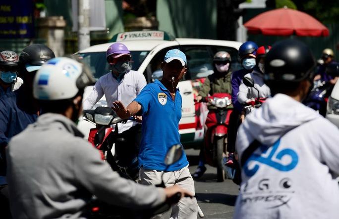"""""""Hiệp sĩ"""" giao thông Nguyễn Văn Linh, người thợ rửa xe hơn 11 năm """"giải cứu"""" kẹt xe Ảnh: HOÀNG TRIỀU"""
