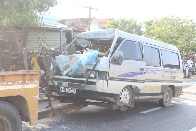 Tông đuôi xe tải, phụ xe khách tử nạn - Ảnh 1.