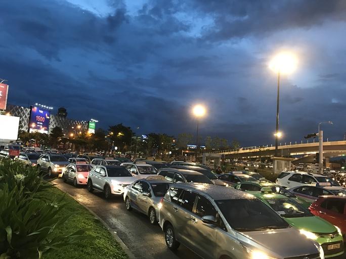 Ngàn người và xe chôn chân quanh sân bay Tân Sơn Nhất - Ảnh 3.