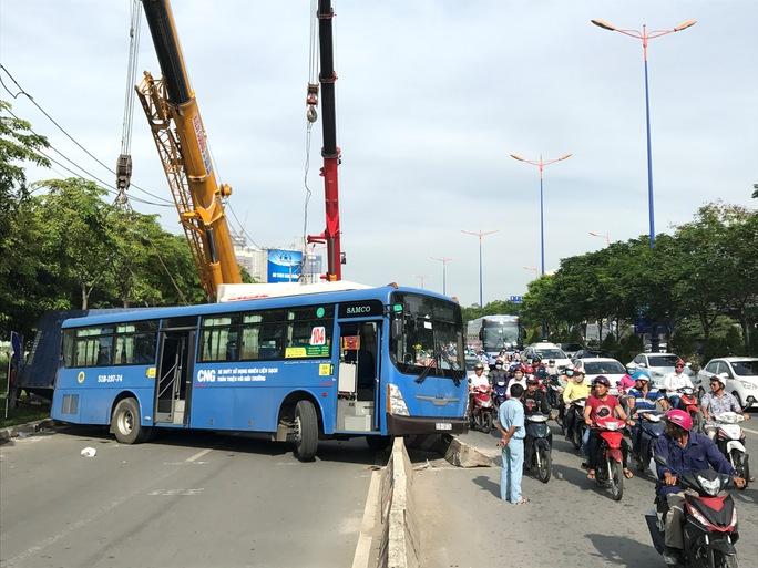 Xe đầu kéo tông văng xe buýt, đè bẹp xe máy ở cầu Sài Gòn - Ảnh 5.
