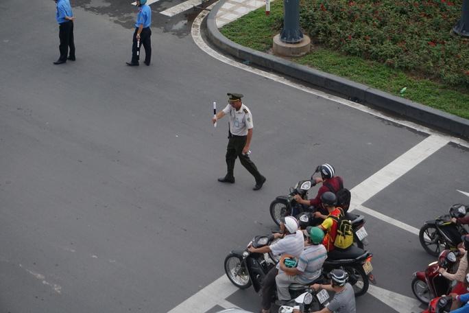 Cửa ngõ sân bay Tân Sơn Nhất hỗn loạn vì sự cố giao thông - Ảnh 10.
