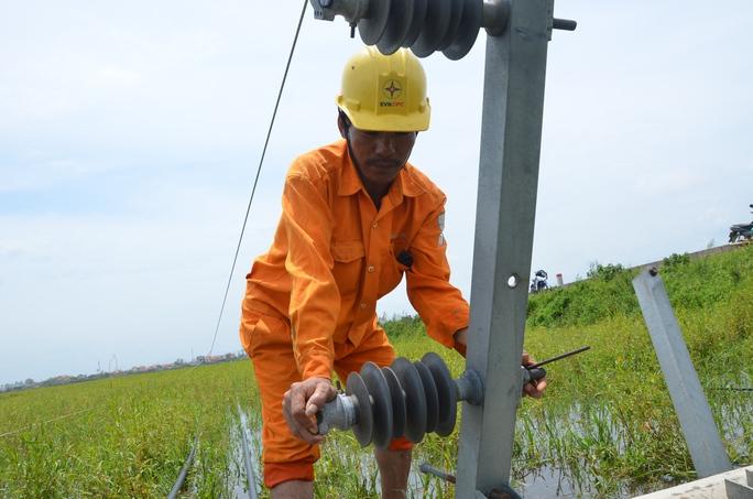 """Nỗ lực """"giải cứu"""" 2.600 trụ điện trung thế bị bão quật ngã ở Quảng Bình - Ảnh 6."""