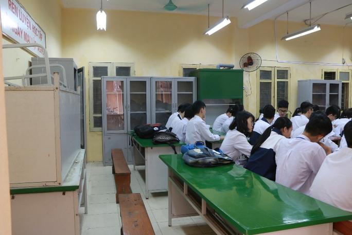 Bên trong ngôi trường học sinh phải đội mũ bảo hiểm ngồi học - Ảnh 8.