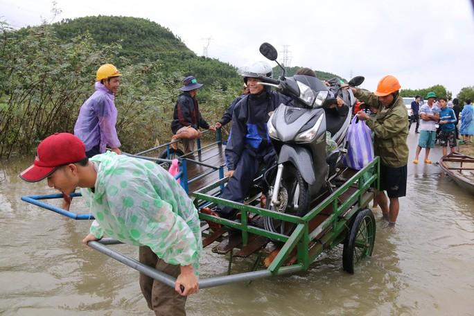 Người dân Quảng Nam dùng xe bò chở xe máy vượt lũ - Ảnh 5.