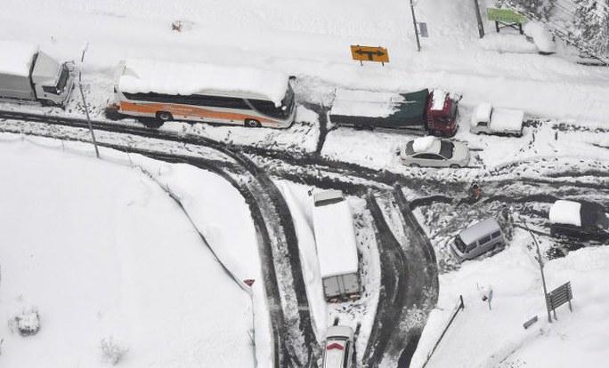 Hàng dài xe chịu trận trong tuyết. Ảnh: Mainichi