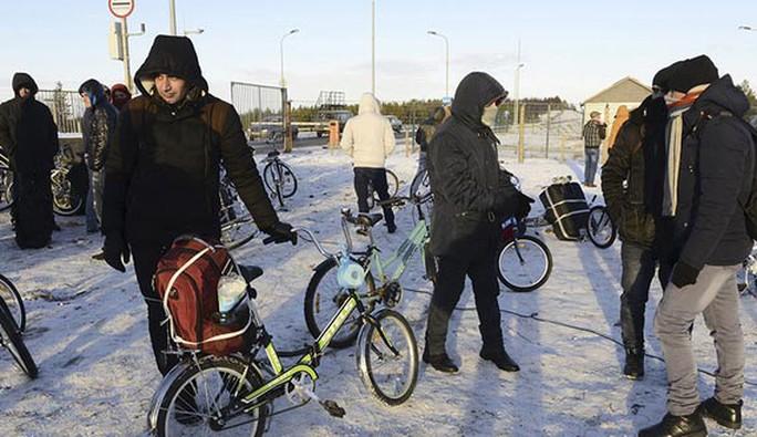 Người tị nạn và người di cư tụ tập gần trạm kiểm soát ở biên giới Nga - Na Uy tại khu vực Murmansk Ảnh: REUTERS