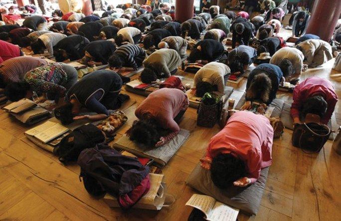 Phụ huynh cầu cho con cái thi đỗ ĐH tại đền Jogye ở Seoul - Hàn Quốc Ảnh: REUTERS