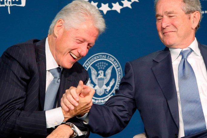 Hai cựu Tổng thống Bill Clinton và George W. Bush tại buổi ra mắt Chương trình Học bổng Lãnh đạo tổng thống ở Mỹ năm 2014 Ảnh: REUTERS
