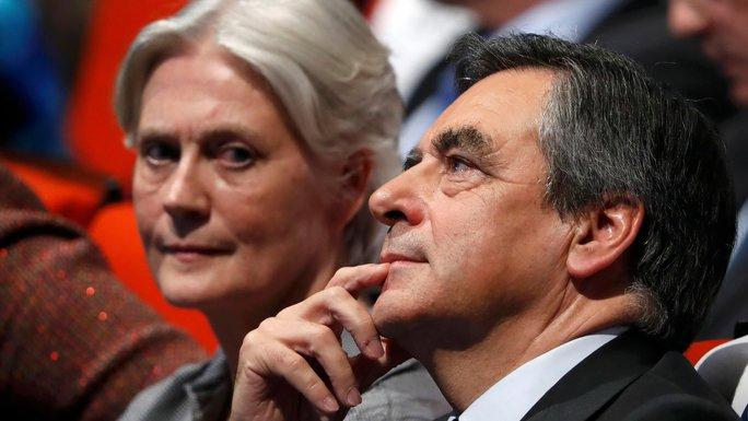 Ông Francois Fillon và bà vợ Penelope Ảnh: REUTERS