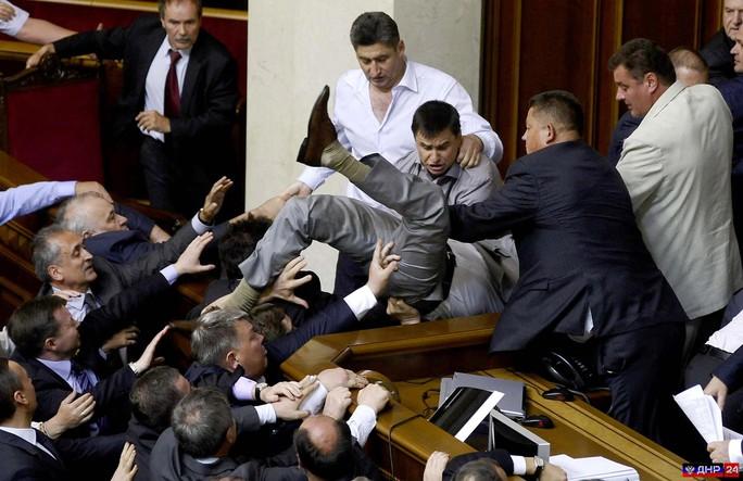 Các nhà tài phiệt thao túng quốc hội Ukraine, nơi thường xảy ra xô xát Ảnh: DNR24