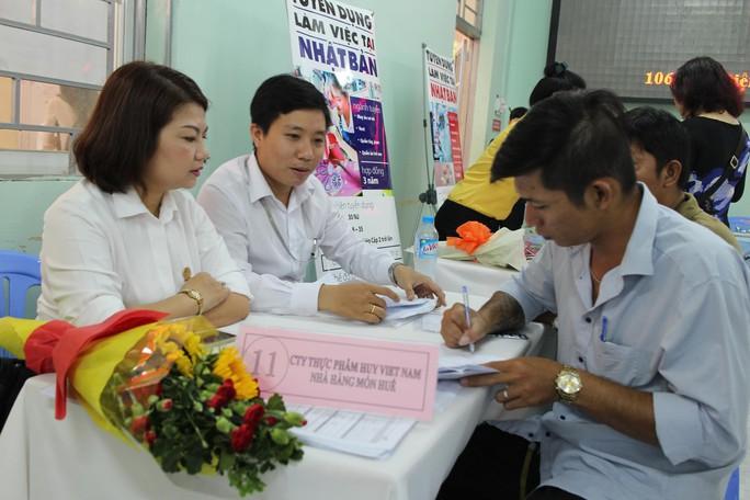 Ứng viên tìm việc tại Sàn Giao dịch việc làm do Trung tâm Dịch vụ việc làm TP HCM tổ chức