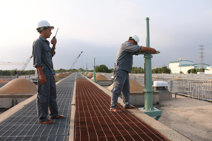 Kỹ sư, công nhân Nhà máy Xử lý nước thải Bình Hưng đang vận hành thiết bị