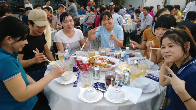 Công nhân không có điều kiện về quê ăn Tết tham gia tiệc tất niên do Công ty Nệm Vạn Thành tổ chức