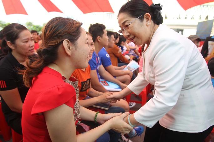 Bà Võ Thị Dung, Phó Bí thư Thành ủy TP HCM, thăm hỏi công nhân các KCX-KCN TP Ảnh: HOÀNG TRIỀU