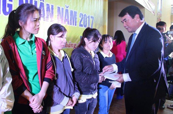 Lãnh đạo UBND tỉnh Lâm Đồng tặng quà cho công nhân có hoàn cảnh khó khăn Ảnh: ĐÌNH THI