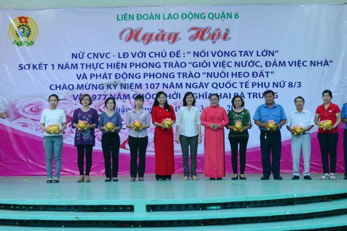 Công đoàn cơ sở nhận heo đất về nuôi nhằm tạo nguồn cho chương trình học bổng Nguyễn Đức Cảnh