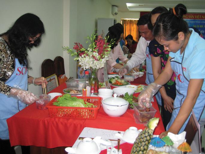 Các thí sinh tham gia hội thi nấu ăn do Công đoàn Tổng Công ty Văn hóa Sài Gòn tổ chức