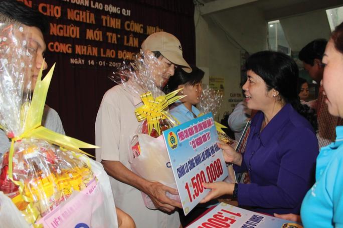 Bà Trần Kim Yến, Chủ tịch LĐLĐ TP HCM, trao quà cho công nhân bị bệnh hiểm nghèo