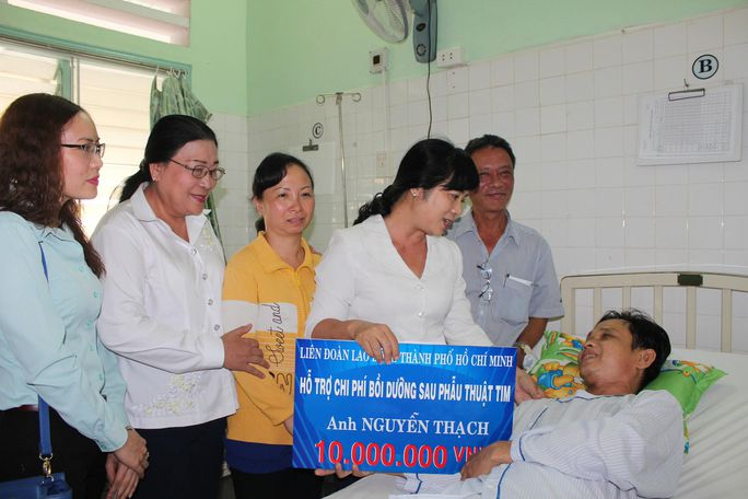 Lãnh đạo LĐLĐ TP thăm hỏi, động viên anh Nguyễn Thạch tại phòng bệnh