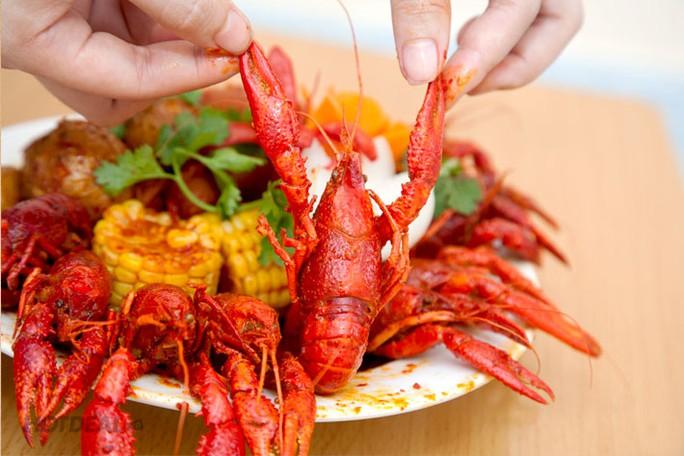 Tôm hùm đỏ được chế biến thành món đặc sản tại nhà hàng Việt Nam.