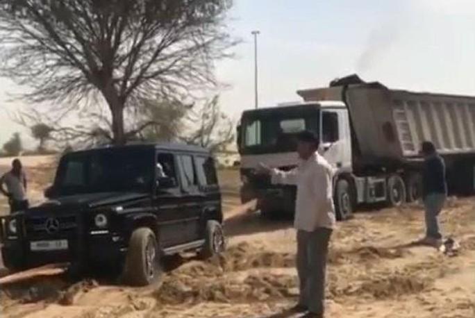 Xe Mercedes AMG G63 của Thái tử đã giúp kéo một chiếc xe tải 12 bánh đi qua một đoạn đường đầy cát hôm 29-3. Ảnh: Adelabid1s