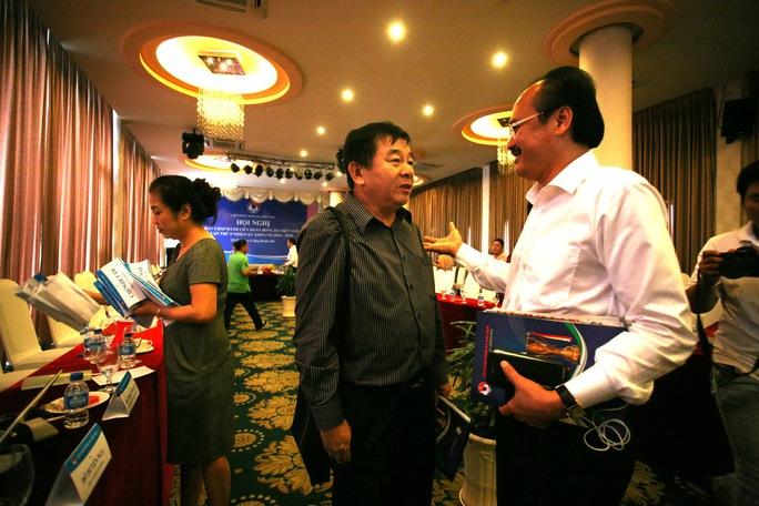 Chủ tịch VPF Võ Quốc Thắng (phải) trao đổi với Trưởng Ban Trọng tài Nguyễn Văn Mùi bên lề một hội nghị của Ban Chấp hành VFF Ảnh: Quang Liêm