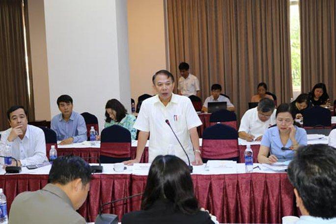 Ông Mai Đức Chính (đứng), Phó Chủ tịch Tổng LĐLĐ Việt Nam, phát biểu tại hội nghị