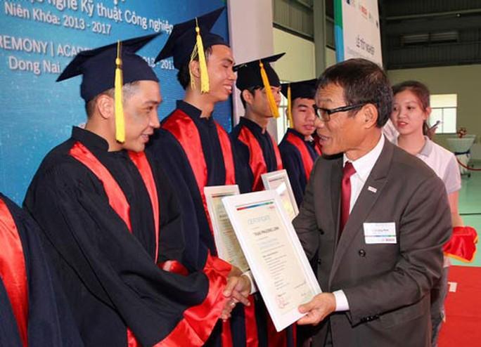 Các học viên nhận bằng tốt nghiệp vào sáng 20-4