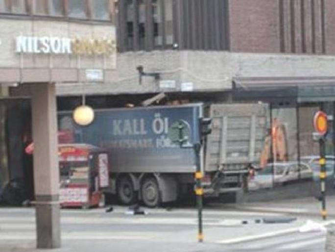 Xe tải tông vào cửa hàng. Ảnh: News.com.au