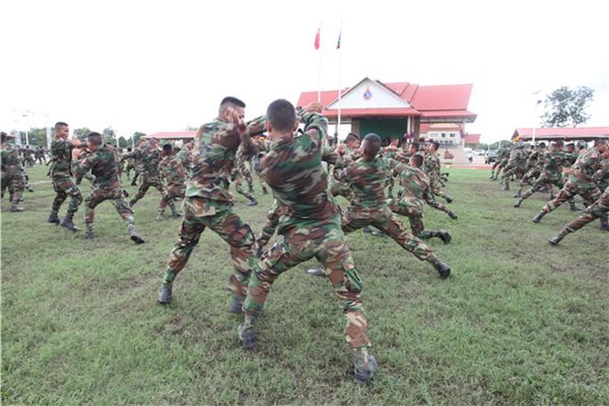 Binh sĩ Campuchia thực hiện các kỹ thuật đấm bốc tại lễ bế mạc cuộc tập trận chung với Trung Quốc vào ngày 23-12. Ảnh: Chinamil