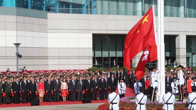 Hồng Kông có lãnh đạo mới, ông Tập cảnh báo cứng rắn - Ảnh 3.