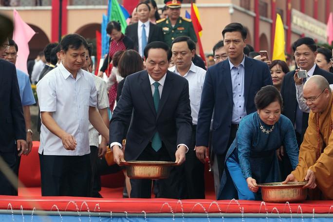 Chủ tịch nước Trần Đại Quang thả cá chép tiễn ông Công, ông Táo trên kênh Tàu Hủ