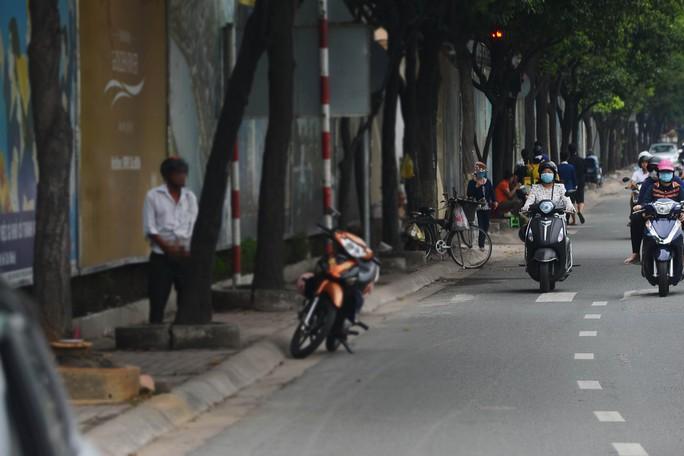 Không chỉ lén lút ở những gốc cây, góc đường vắng vẻ mà thậm chí ngay trên nhiều tuyến đường tấp nập như Nguyễn Hữu Cảnh (quận Bình Thạnh, TP HCM), nhiều người vẫn vô tư tè bậy.