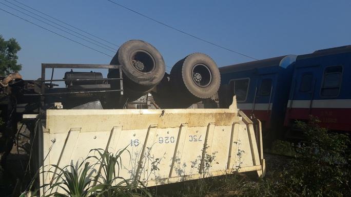 Xe tải bên bị chỏng bánh lên trời, đầu xe văng khỏi đuôi xe