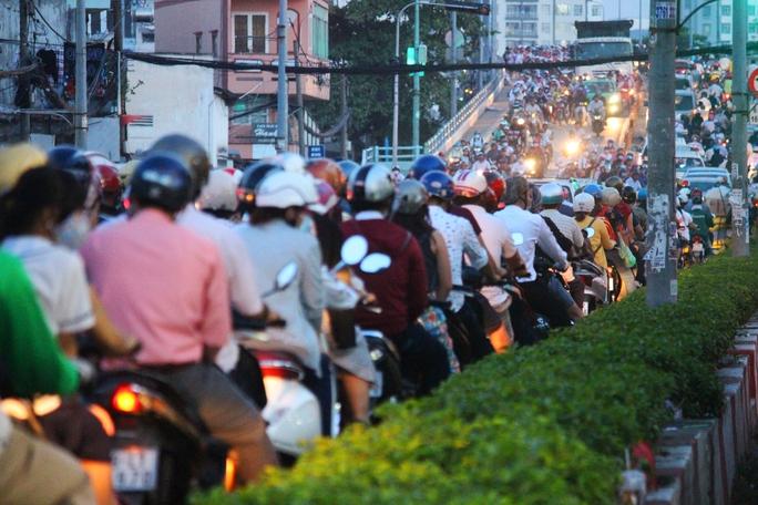 Tình trạng kẹt xe trên cầu Nguyễn Tri Phương và ùn ứ giao thông đường Phạm Hùng khiến cầu Chánh Hưng rơi vào bế tắc mỗi giờ cao điểm.