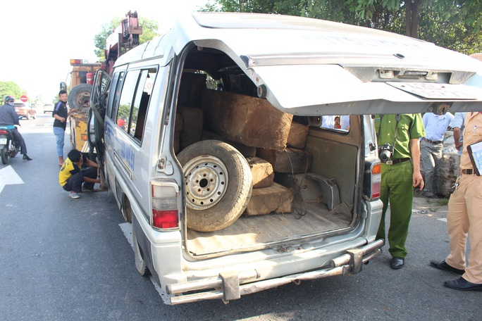 Tông đuôi xe tải, phụ xe khách tử nạn - Ảnh 2.