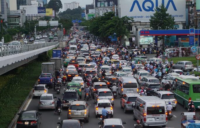 Cửa ngõ sân bay Tân Sơn Nhất hỗn loạn vì sự cố giao thông - Ảnh 4.