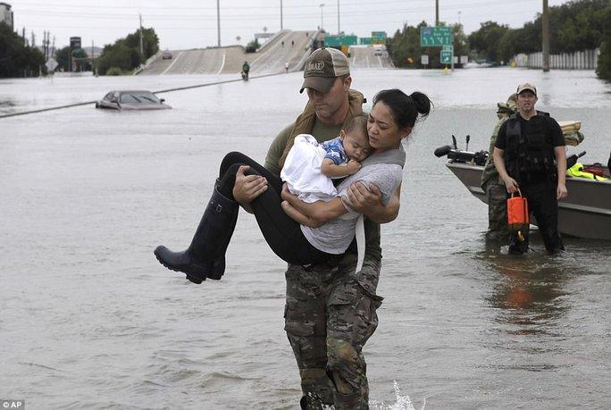 Mỹ xả đập cứu lũ cho Houston - Ảnh 8.